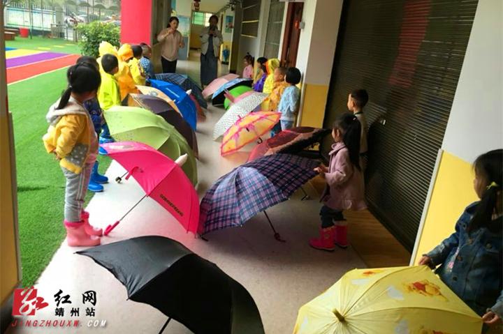 瞧,靖州县幼儿园新园走二班的小朋友们在老师的组织下,正享受着雨天呢
