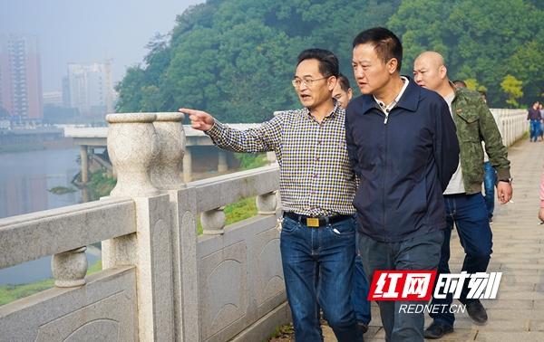 双清区委书记吴劲松(前右)带队巡河.