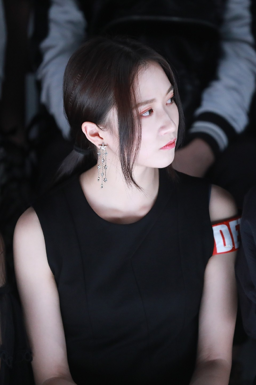 SNH48成员亮相上海时装周 吴哲晗时尚感爆棚