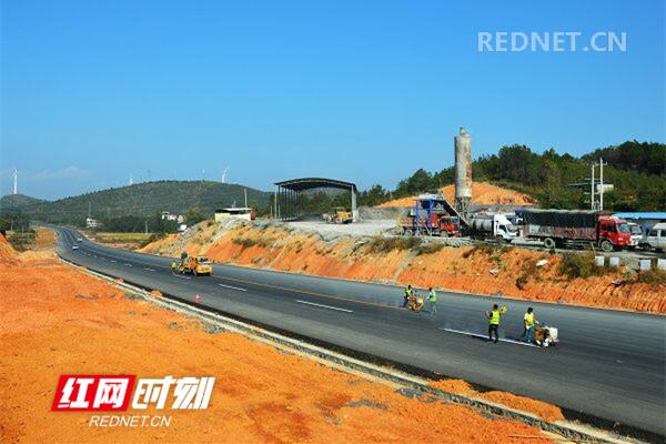 江华首条一级公路:划交通标线 保通车安全