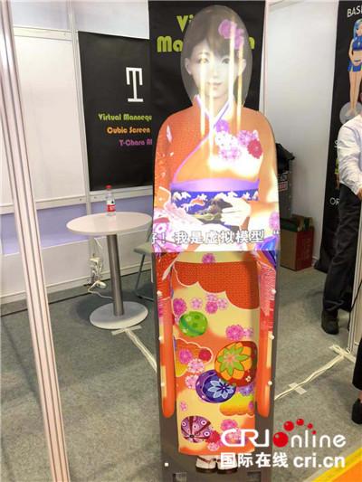 图片默认标题_fororder_首届中国国际进口博览会上的虚拟讲解员 摄影:盛玉红_副本