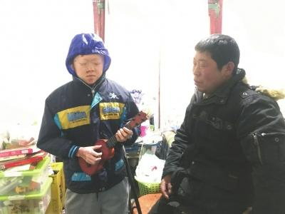 """18岁的""""保鲜膜男孩""""刘良陈还是小孩模样."""