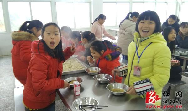 情暖寒冬:双牌一中留守学生与老师共包饺子欢度周末