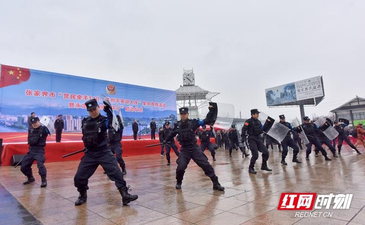 5、快警中队进行反恐防暴战术队形表演.jpg