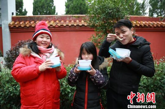 游客品尝腊八粥。 文兰 摄