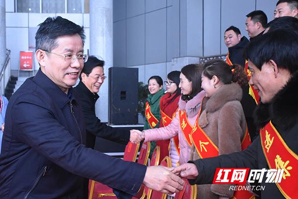 益阳市委书记瞿海(左一),市委副书记、市长张值恒(左二)接见受表彰的先进集体代表和先进个人。1.jpg