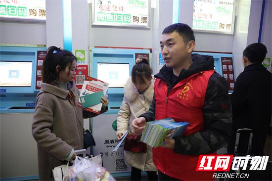 消防志愿者进汽车站售票厅宣传.jpg