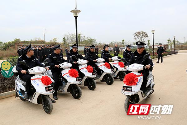 石鼓区16名村级辅警驾驶着警用电瓶车开展巡逻行动。.jpg