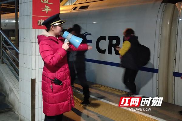 客运领班邹金格组织旅客乘降。.jpg