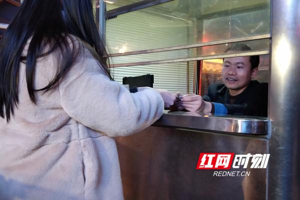 客运员廖建霞在验证口验票。.jpg