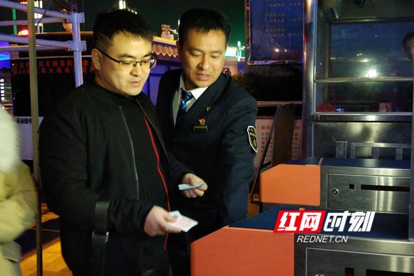 值班员宋波(右一)引导旅客持车票过闸机.jpg