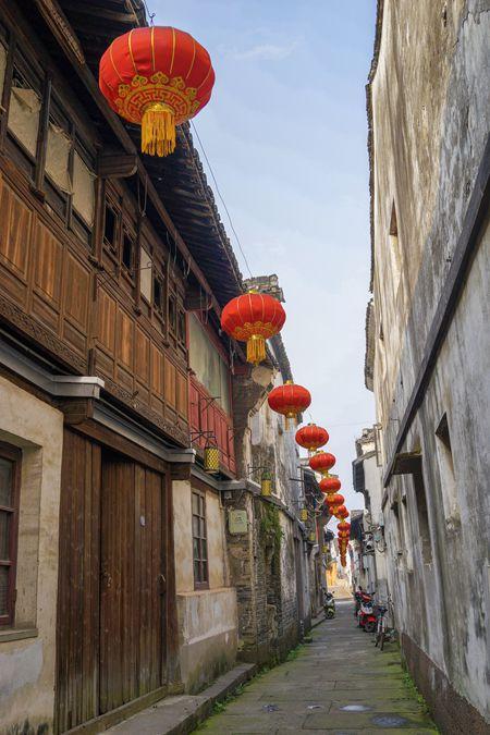 新春佳节,小镇弄堂里挂起来大红灯笼。(人民网姚欣雨 摄)