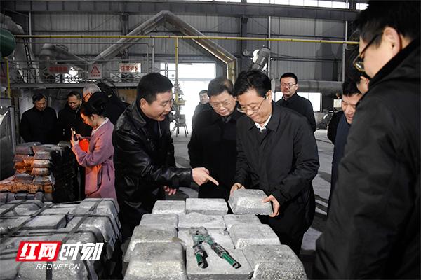 张值恒搬起生力科技公司产品.jpg