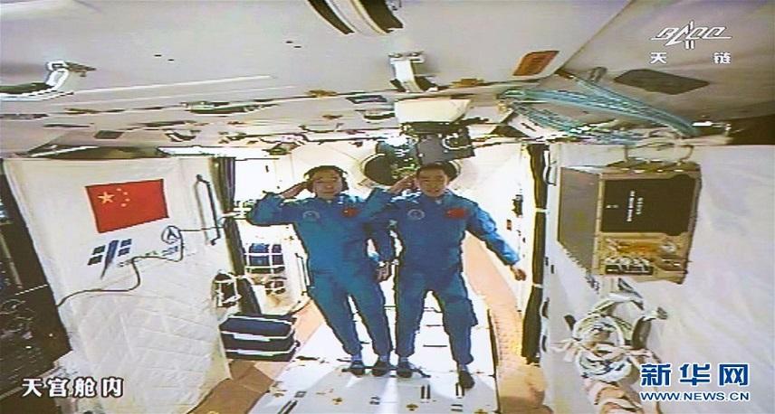 神舟十一号航天员进入天宫二号实验舱