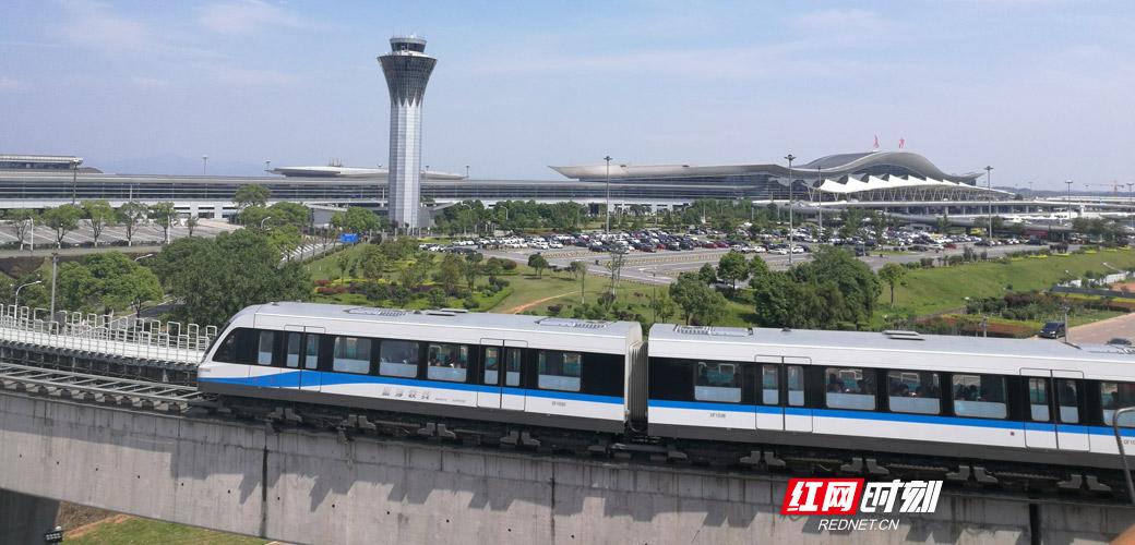 磁浮列车驶过黄花机场