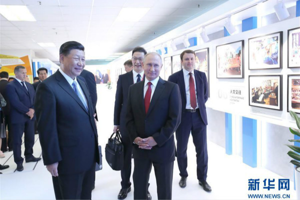 习近平和俄罗斯总统普京共同参观中俄经贸合作图片展